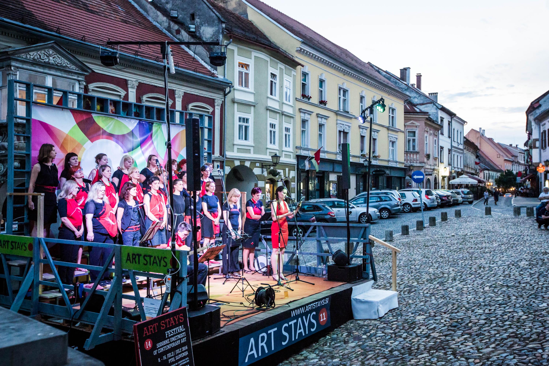 kdo: Art Stays Festival  kaj: otvotitev s koncertom ženskega pevskega zbora Kombinat  kje: Slovenski trg, Ptuj  foto: Boris B. Voglar
